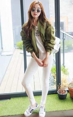 时尚女士休闲棒球服,精炼洒脱,搭配白色紧身小脚裤,修身效果显著,运动板鞋+潮流墨镜,时尚街拍无压力~~
