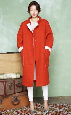 朴信惠明星同款毛呢外套,优雅大气的中长款设计,纯净的橘色,不显张扬而又不呆板,搭配心形镂空针织衫,低调中的高雅气场。