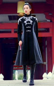 这款中国风的大衣,霸气的图腾纹样,神龙般的降落在肩颈周围,大A廓形,上身合体紧凑,搭配紧身打底裤和皮靴很有味道