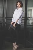 纯男士衬衫的裁剪,廓形利落流畅,宽松的版型隐藏多余的赘肉,搭配黑色裤装利落潇洒,时尚个性,BF风十足。