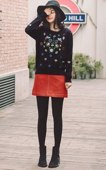 纯色刺绣宽松套头毛衣,触感柔软舒适,配上黑色打底裤跟靴子,任何风格的妹纸都可以完美驾驭