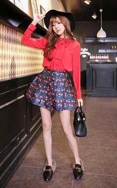 优雅时尚的衬衫,系带的设计,尽显柔美气质,搭配漂亮的半身裙,唯美印花,散发迷人的魅力。