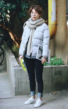 可爱时尚的面包服,饱满有型,穿着倍感温暖,里面穿件格子衫,搭配一条牛仔裤,卷起裤腿,很帅气。