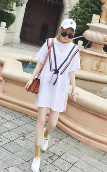 非常好穿的宽松款连衣裙,荷叶边大V装饰设计,非常的时尚抢眼,穿着舒适随意,搭配双小白鞋,戴起鸭舌帽,尽显青春活力