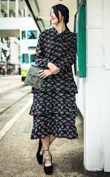 菱形撞色图案的连衣裙,复古又显时尚感,三层的荷叶边,设计感十足,脚着绑带单鞋显高瘦,走动间轻轻摇晃,很显女性魅力!