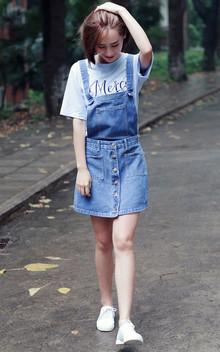 青春气息满满的背带裙搭配字母纯色短袖,不会出错又很有型的穿搭法;收腰的A字半裙,超级显瘦显高哦;上身活力感十足。