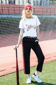 欧美风的宽松字母短袖t恤,一般身材都好穿,搭配松紧腰红白拼色