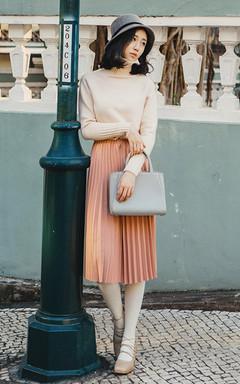 温暖气质的高领针织毛衣,柔和的色调,大方百搭,搭配加厚款百褶半身裙,优雅迷人,女人味十足,冬日外披件大衣,尽显气质魅力