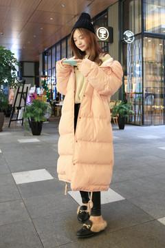 想要把棉服穿洋气很太简单!色系选择粉色系,甜美动人,内衬羊羔毛保暖措施增加保险度,里面不用穿的太厚,普通紧身的打底即可。