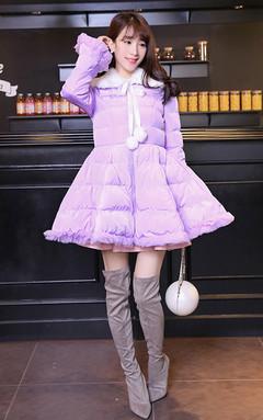 超甜美的一款棉衣,修身A字版型,大裙摆设计,能显得女生身材娇小可人哦,内搭毛衣和半身裙,优雅静谧,高贵华美无比。