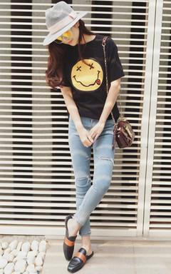 看到就心情好好的笑脸图案短袖T恤,非常的洋气好搭,日常超实穿,下着修身版型破洞牛仔裤,简简单单,青春时尚。