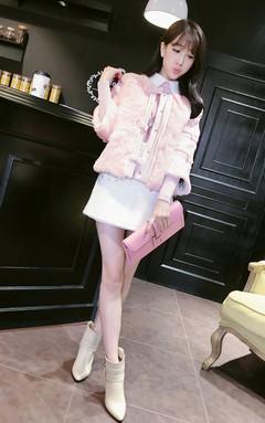 七分袖皮草外套,奢华大气~兔毛手感舒适,门襟按扣,蝴蝶结手缝固定,绗棉方便穿着哦~内搭针织衫和半身裙,名媛范十足。