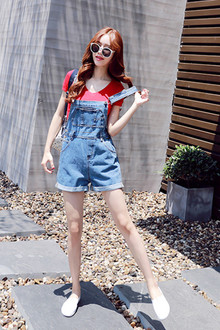 简约修身的红色t恤,上身就很亮眼,搭配学院风的背带牛仔短裤+小白乐福休闲鞋,减龄又可爱~