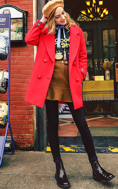 超正的翻领毛呢外套,趣味绣花袖口,减龄又时尚。搭配绣花蝴蝶结卫衣和毛呢包臀半身裙,非常适合圣诞新年派对穿哦。