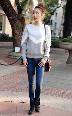 百搭圆领毛衣,撞色拼接时尚前卫,很显身材,又有个性,搭配高腰牛仔裤和短靴,尽显少女优雅气质。
