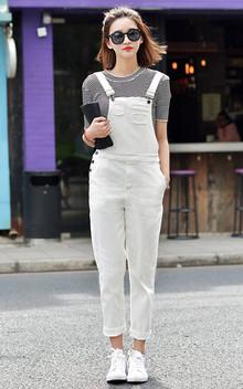 非常洋气的白色牛仔背带裤,时尚显瘦的铅笔裤型,内搭条纹短袖T恤,简洁时尚,街头范十足。