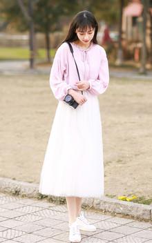 柔美淑女气质的粉紫色雪纺衫,宽松休闲风的样式,尽显文艺气质,搭配纯净白色半身纱裙,穿着超仙超美的,很青春很美好。