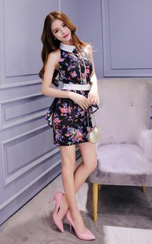 优雅时尚的连衣裙,修身的剪裁,上身效果极佳,碎花的装饰,散发迷人的风情,搭配尖头高跟鞋,魅力十足!