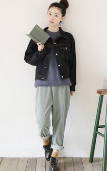 一直都很喜欢小中性的感觉 比如这款牛仔外套,非常好的版型很显瘦,蝙蝠廓形的宽松感很随性。搭配灯笼裤学院范儿十足