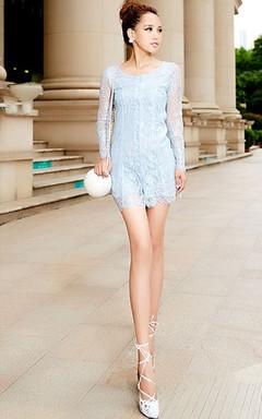 小清新淡蓝色睫毛蕾丝连衣裙,喇叭袖设计,精致的花朵蕾丝,透视大牌,搭配绑带高跟凉鞋+圆球包包,尽显女性优雅公主风