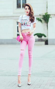 白色圆领T恤,胸前创意印花,充满时尚感,上身很不错,搭配粉色小脚裤,个性破洞,潮流有范儿!