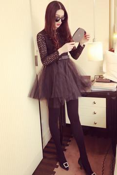 收腰的蓬蓬裙结合复古的长袖设计凸出别致造型,搭配针织袜既修饰了腿部线条又能遮挡不完美。