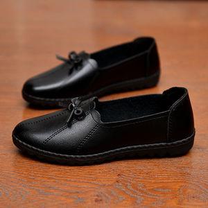 11秋季低帮妈妈鞋软底防滑中老年平底女士透气单鞋大码奶奶皮鞋子