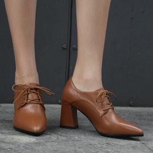 浅棕色秋季低帮鞋头层牛皮青年尖头深口前系带高跟粗跟大码<span class=H>女鞋</span>